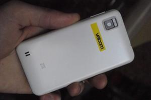 фото ZTE V880E в белом корпусе, вид сзади
