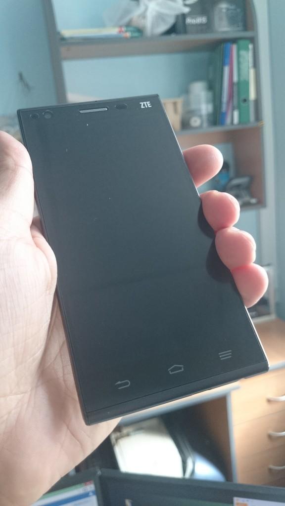 Смартфон ZTE Star 1 - фото в руке